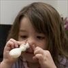 Thổi bóng bay bằng mũi giúp bé điều trị chảy mủ tai