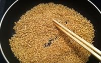 Mách bạn cách vệ sinh đường ruột bằng gạo rang