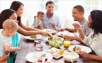 Vì sao chúng ta nên dành chút thời gian quây quần bên bữa cơm gia đình dù có bận trăm công nghìn việc?