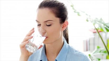 Hạ natri máu: Bạn có biết uống quá nhiều nước có thể gây tử vong khi mức điện giải giảm xuống?